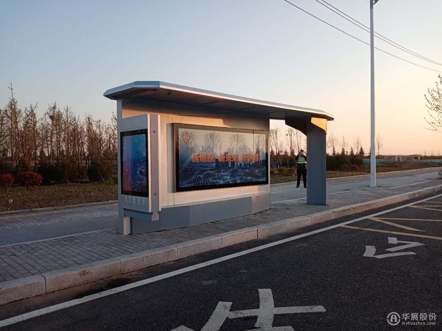 青岛胶州候车亭安装现场,公交站台实景图,华展股份